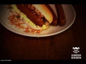 Hot Dog aus Kinderwurst mit Röstzwiebeln und Gurken